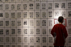 Image of Delta student reading original drawings from Maus at Spiegelman retrospective at the AGO